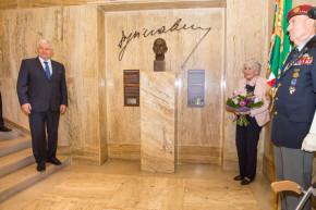 ČNB odhalila bustu národohospodáře Feierabenda