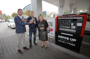 KB pokřtila drive-up bankomat na Benzině