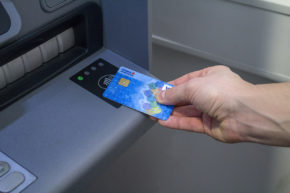 Bezkontaktně lze vybírat již na 500 bankomatech České spořitelny