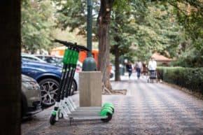 Přes Uber lze půjčit i koloběžku Lime